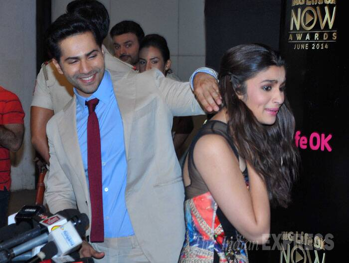 Being a perfect gentleman, Varun also helped Alia put her hair to one side. (Source: Varinder Chawla)