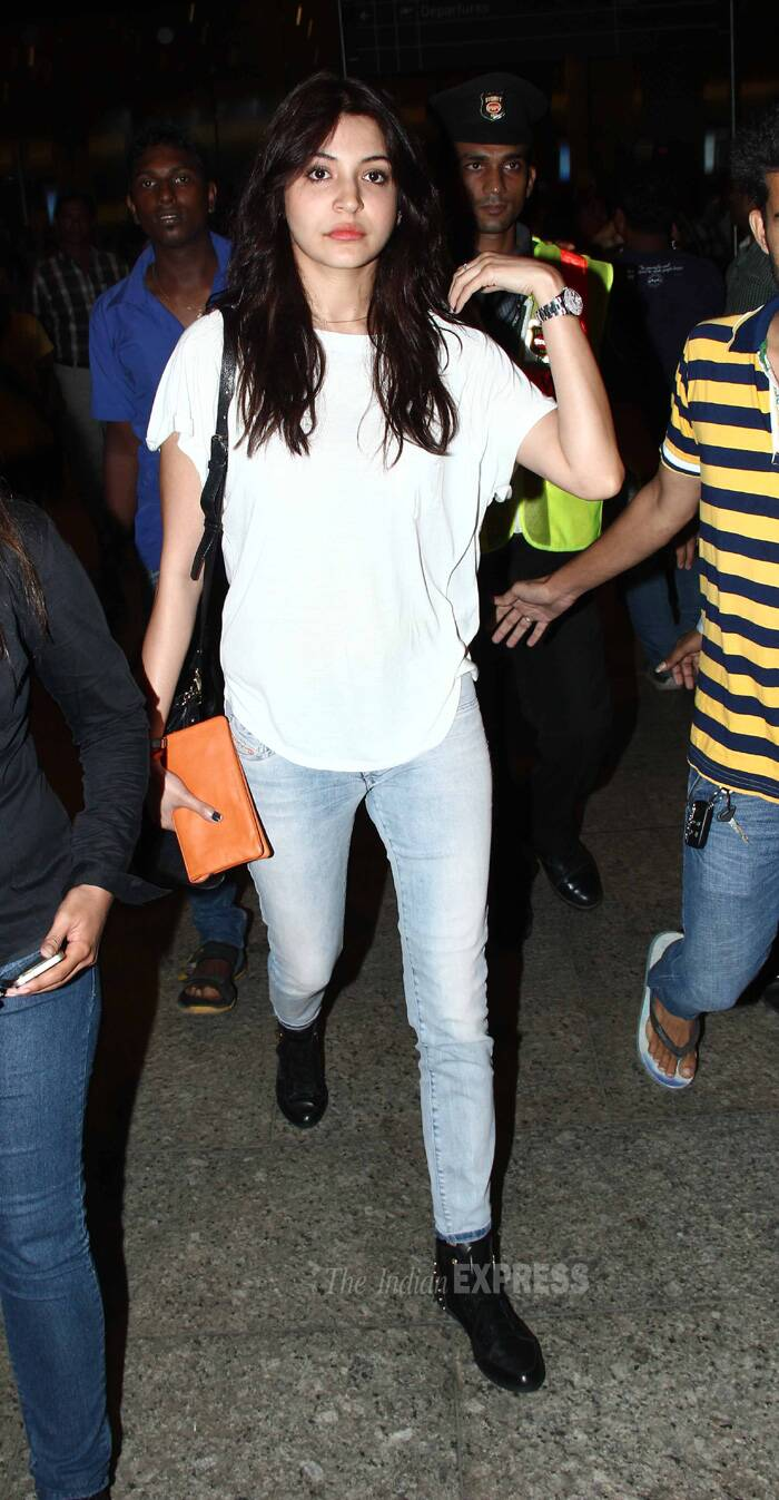 Anushka was casual in a figure hugging sky blue denims and loose white t-shirt. She accesorised her look with black ankle length boots and peppy orange wallet! (Source: Varinder Chawla)