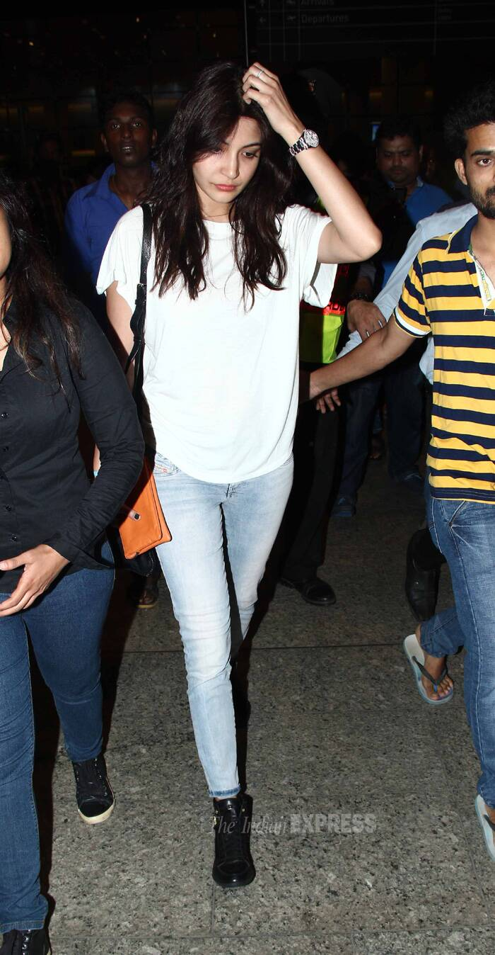 Actors Anushka Sharma and Anil Kapoor are back in Mumbai post their Spain schedule of Zoya Akhtar's 'Dil Dhadakne Do'. <br />Anushka Sharma was spotted at the Mumbai airport on Saturday (June 21). (Source: Varinder Chawla)
