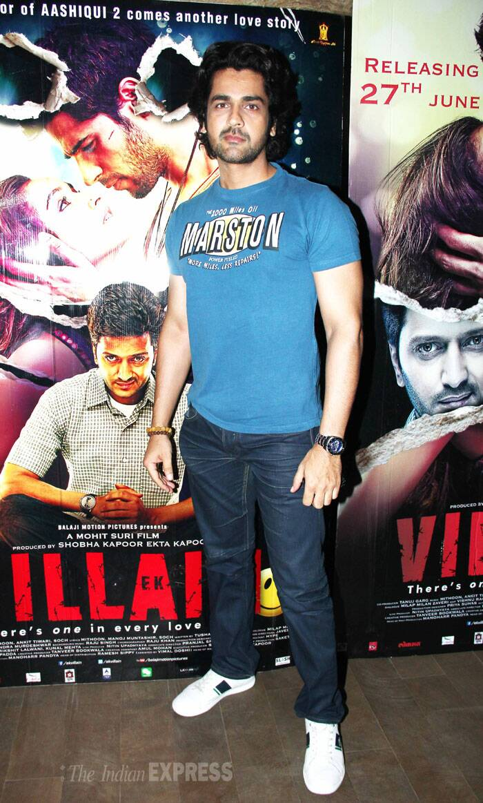 Bollywood heartthrob Arjan Bajwa wore a blue tee shirt with denims and sneakers. (Source: Varinder Chawla)