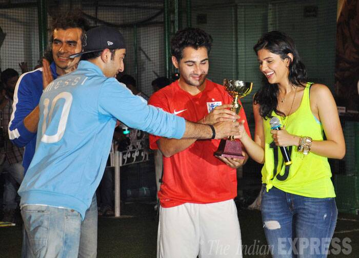 And here's the winner - Armaan hands over the trophy to his cousin Armaan and actress Deeksha. Imtiaz Ali seems to be enjoying his play date. (Source: Varinder Chawla)