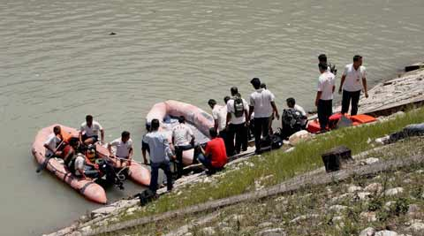 NDRF personnel carry out a rescue operation in Beas River near Pandoh Dam in Mandi. (Source: PTI)