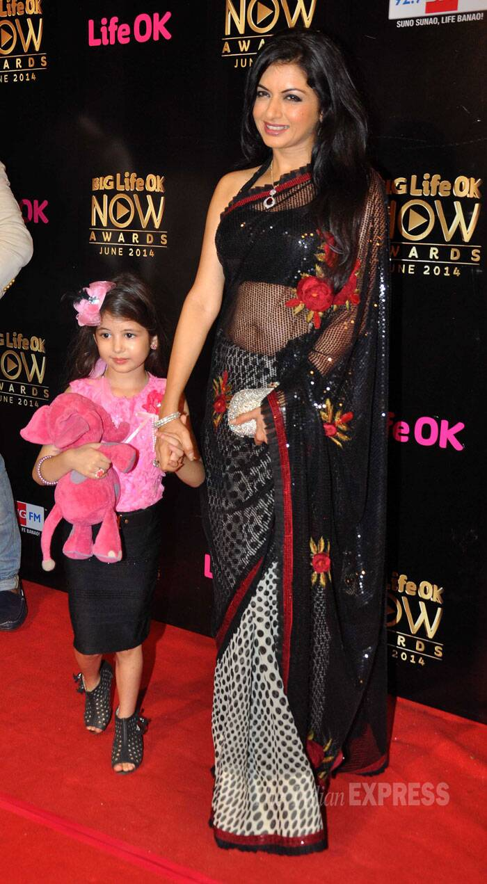 Maine Pyar Kiya actress Bhagyashree, who is making a comeback on the small screen,  was pretty in a sari as she was accompanied by a young fan.  (Source: Varinder Chawla)