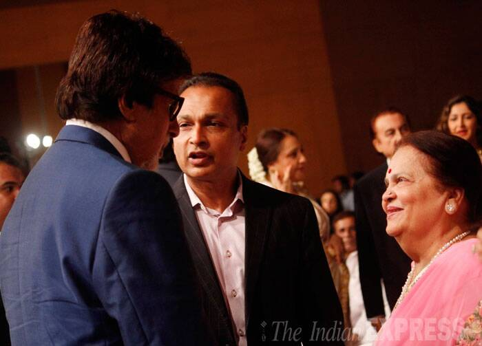 Time to catch up - Amitabh Bachchan talks to close friend, industrialist Anil Ambani and his mother Kokilaben. (Source: Varinder Chawla)