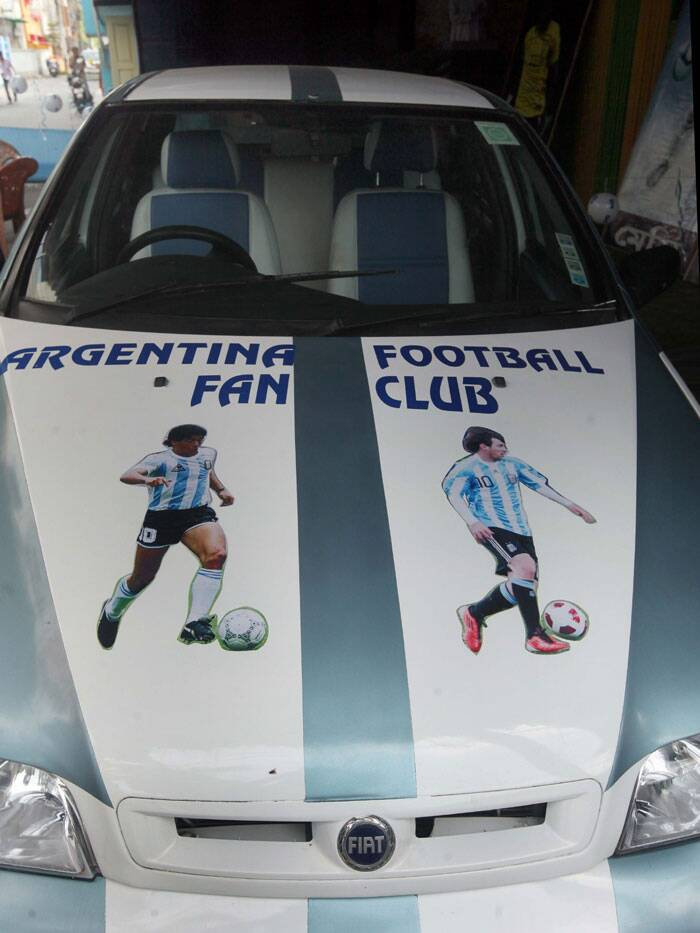 A car in South Kolkata flaunts the colours of Argentina with pride.  (Source: IE Photo by Partha Paul)