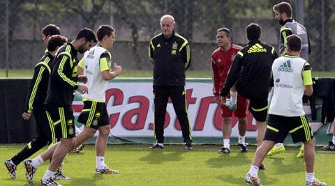 Spain's head coach Vicente del Bosque (C) watches his players during a training session ahead of the 2014 World Cup (Source: Reuters)