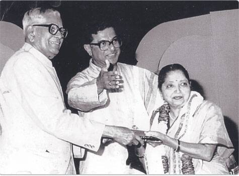 Dhondutai Kulkrani receiving an award from former President of India R Venkataraman in the presence of actor and playwright Girish Karnad. Source: Rajhans  Prakashan, Pune