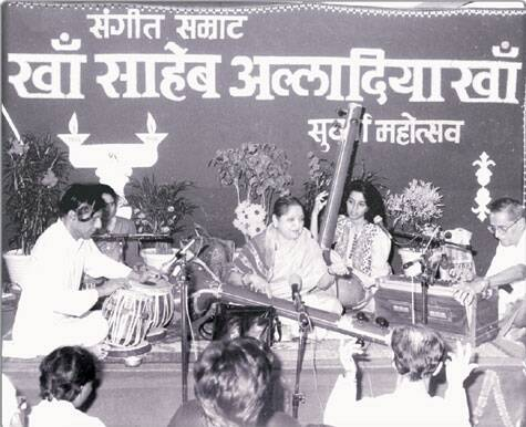 Dhondutai Kulkarni during one of her performances: Source: Rajhans Prakashan