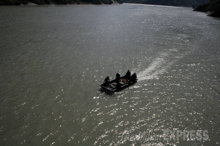 A dozen boats, local divers and rafters also assisted the NDRF teams in the rescue operations.<br /><br /> A team of Army personnel launch search and rescue operation in Beas River.  (Source: Express photo by Lalit Kumar)