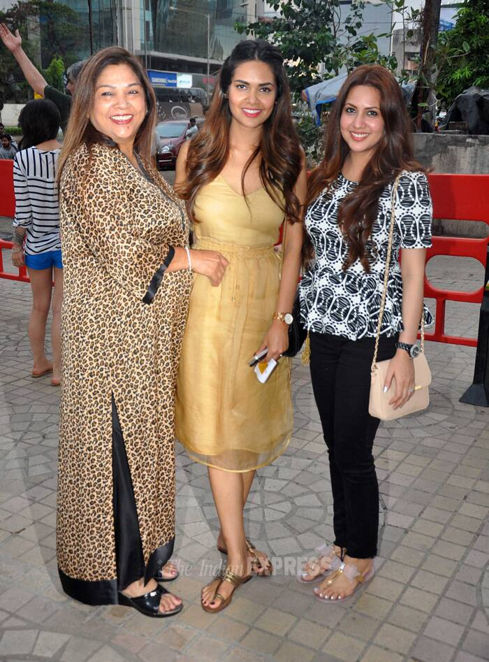 Esha Gupta stands with her mother and sister Neha by her side. (Source: Varinder Chawla)