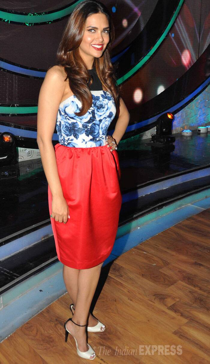 Bipasha's co-star Esha Gupta looked pretty in an Atsu dress with ankle-strapped heels. (Source: Varinder Chawla)