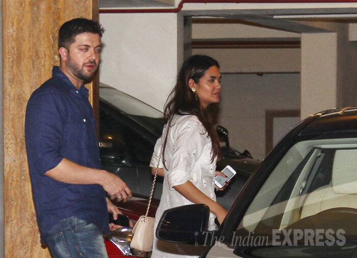 'Humshakals' team including Esha, Tamannaah, Ram Kapoor and his wife Gautami enjoyed a late dinner at their co-star Saif Ali Khan and Kareena's home. <br /><br /> Actress Esha Gupta walks in with a friend. (Source: Varinder Chawla)
