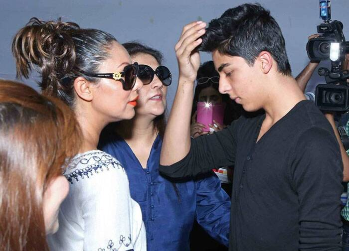 SRK's eldest son still needs mom's help. Aryan trying to adjust his hair. (Source: Image posted on Facebook by Gauri Khan fan page)