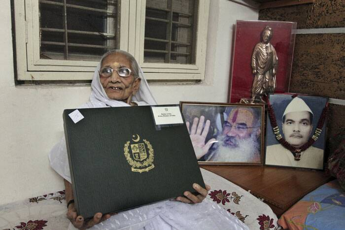 PM Narendra Modi's mother displays the gift box from Pakistan. (Source: AP)