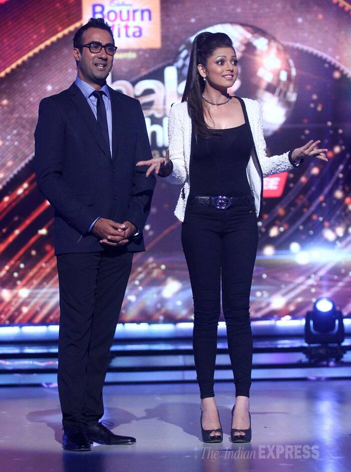 The hosts of the show, actor Ranvir Shorey and television actress Drashti Dhami take to the stage. (Source: Varinder Chawla)