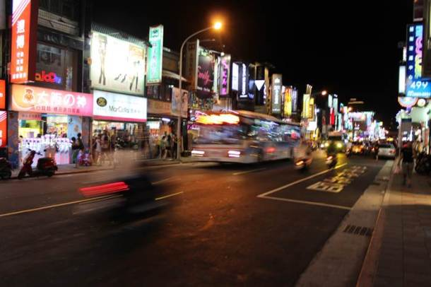 Canon 1200 D test: A night market and a tech show