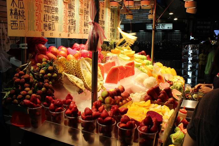 Who doesn't like fruits? The Canon 1200D rises to the task again. An image from the Shilin night market.