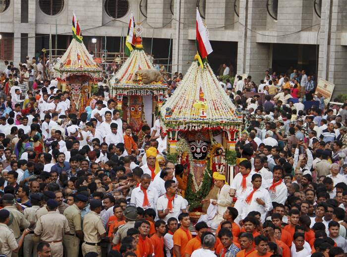 Amid tight security, the 137th edition of Lord Jagannath's rathyatra began in Ahmedabad on Monday (June 29) morning from the ancient Jagannath Temple in Jamalpur area.<br /><br />Devotees participate in the procession while policemen try to manage the crowd during Lord Jagannath's Rath Yatra. (Source: PTI)