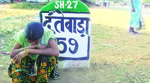 Podiyami Mada's wife waits for his body in 2012. ( Source: Express photo by Ashutosh Bhardwaj )
