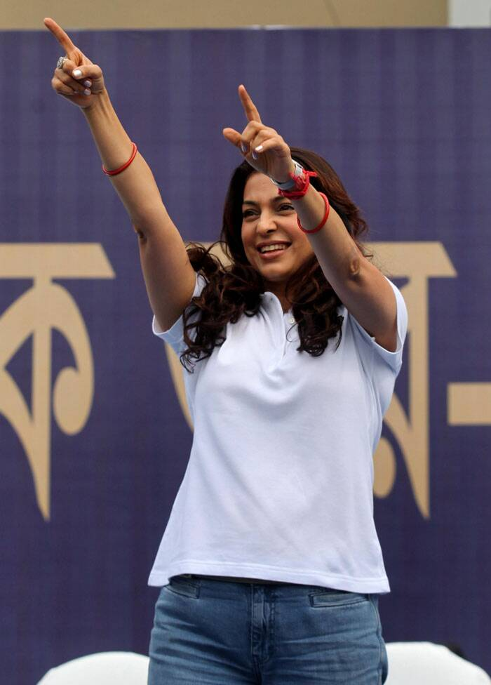 Juhi Chawla, too, enthralled the crowd with her charming smile and shook a leg for the supporters (Source: Express Photo by Partha Paul)