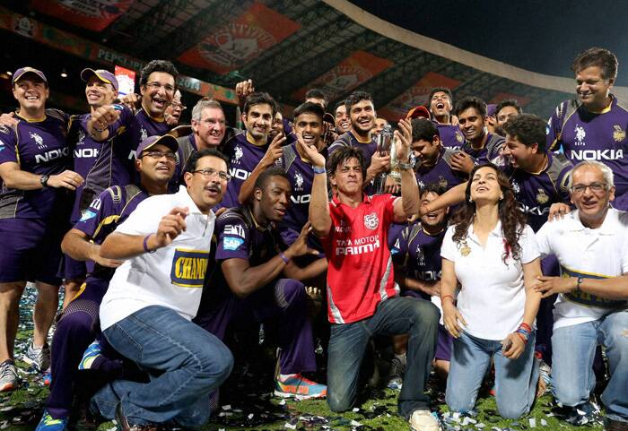 After the win, the people associated with the Kolkata franchise were ecstatic and went for a victory lap. Seen here are the players of KKR, CEO and MD of KKR Venky Mysore (first sitting), co-owner Shah Rukh Khan (in red) and Juhi Chawla (second right sitting) after the victory lap. (Source: BCCI/IPL)