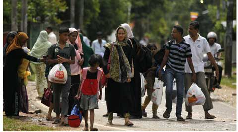 Sri Lankan Muslims walk to safer places following attacks by hard-line Buddhist group Bodu Bala Sena in Aluthgama. ( Source: AP )
