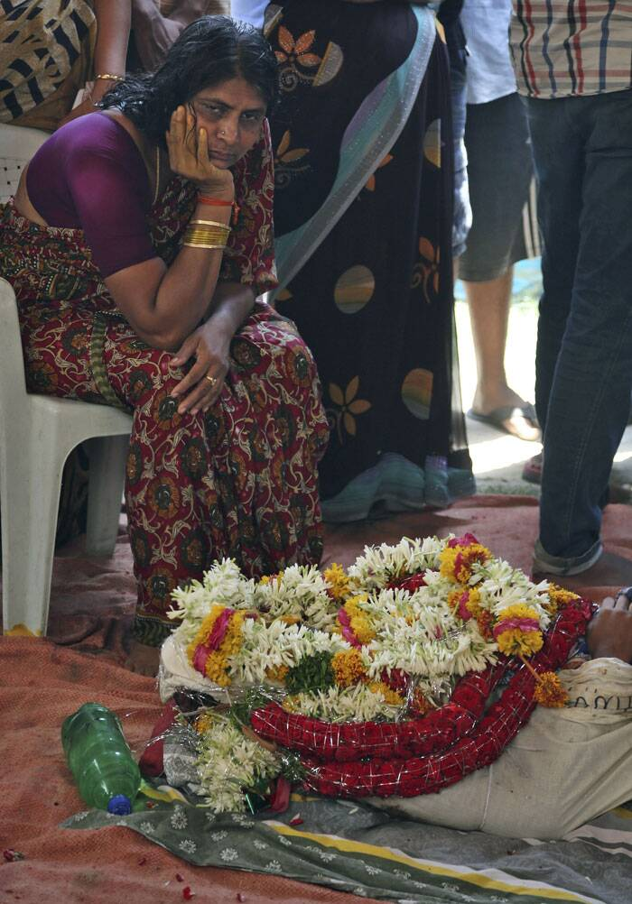 The mother of Gampala Aishwarya weeps at their residence during her funeral in Hyderabad. (Source: AP)