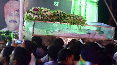 Party workers and followers pay tribute during the funeral procession of late BJP leader Gopinath Munde in Mumbai on Tuesday. (Source: PTI)