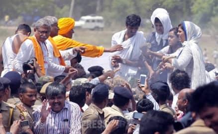 Gopinath Munde's daughter performs his last rites