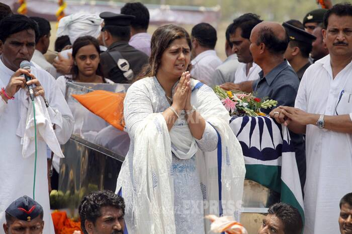 Pankaja, who till then was seen acknowledging the condolences while standing atop a platform with her father's mortal remains, had to take charge of the proceedings. (Express photo by Pavan Khengre)