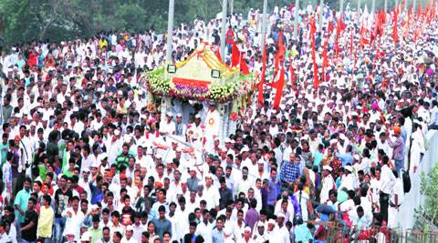 The palkhi of Sant Dyaneshwar on the Sangamwadi Bridge. (Source: Express Photo by Sandeep Daundkar)