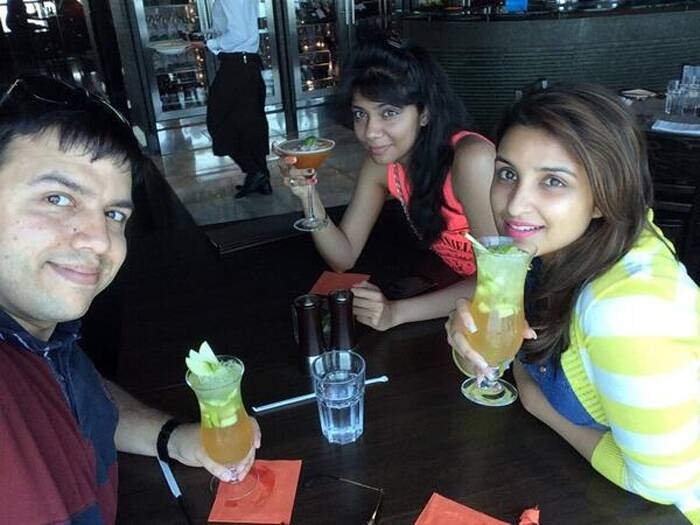A cool drink to soothe. Parineeti at a cafe in Abu Dhabi with friends. (Source: Twitter)
