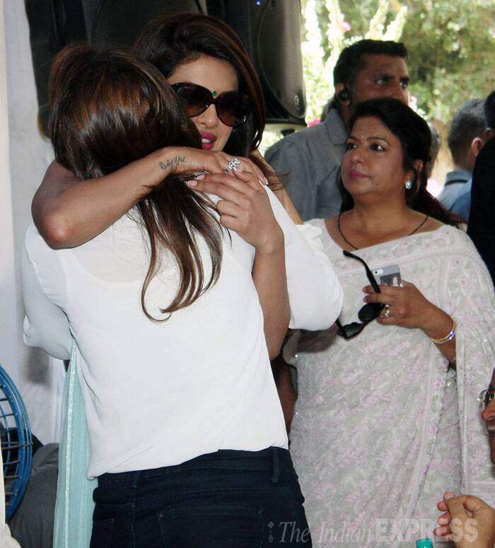 Sister love!  Parineeti gives Priyanka a warm hug.  (Source: Varinder Chawla)