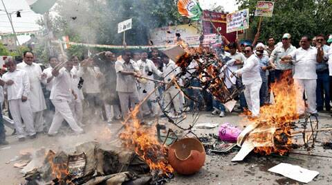 Congress workers burn effigies during a protest over electicity and water crises at Karol Bagh in New Delhi. (Source: PTI)