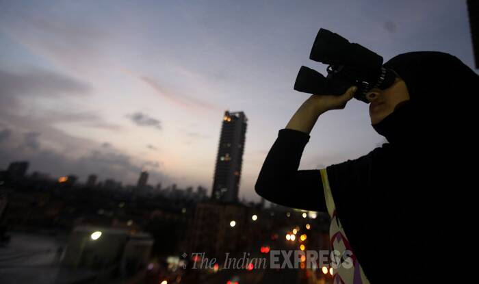 Ramzan will begin from Monday (June 20) as the new moon could not be sighted anywhere in the country.<br /><br />A girl looks at the moon through binoculars at Bhindi Bazzar in Mumbai, one day prior to the start of Ramzan. (Source: Express photo by Prashant Nadkar)