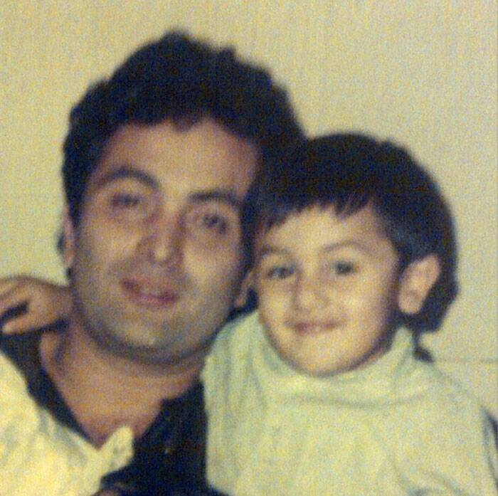 Toddler Ranbir Kapoor hugs daddy Rishi Kapoor for a picture.(Source: Instagram)