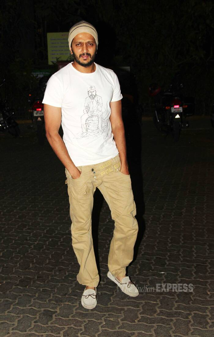The two were joined by another 'villain' Riteish Deshmukh, who arrived sans wife Genelia. <br /><br /> Rieitsh opted for beige cargo pants and white tees with a skull cap. (Source: Varinder Chawla)