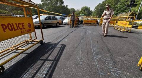 Police official inspects the accident spot which led to the death of Rural Development Minister, Gopinath Munde in New Delhi on Tuesday. ( Source: PTI )