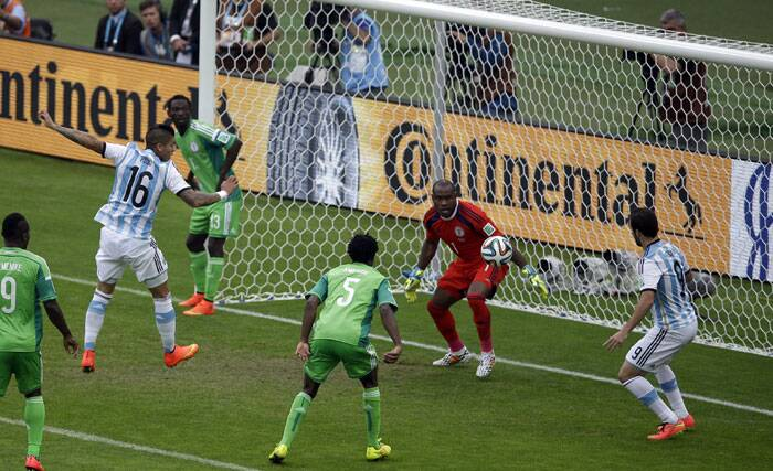 Marcos Rojo netted a cross from Ezequiel Lavezzi during the 50th minute to produce Argentina's third and final goal of the match. Nigeria couldn't equalise again and ended up losing the match. (Source: AP)