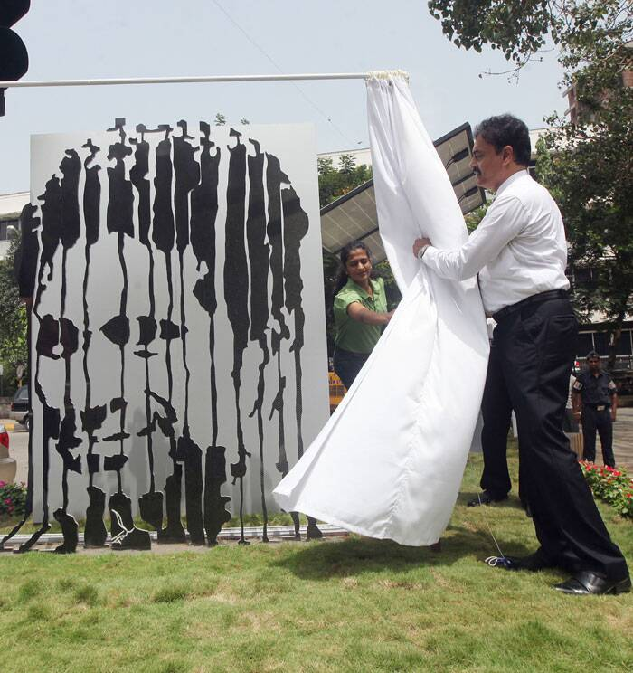 Former Indian Test captain Dilip Vengsarkar along with Harsh Goenka unveiling  a sculpture of Sachin Tendulakar by Jaideep Mehrotra. Created as  a tribute to Sachin at Worli Sasmira  Junction, Worli on Friday. (Express photo by Prashant Nadkar)