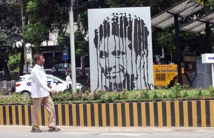 Dilip Vengsarkar, Harsh Goenka unveil Sachin Tendulkar sculpture
