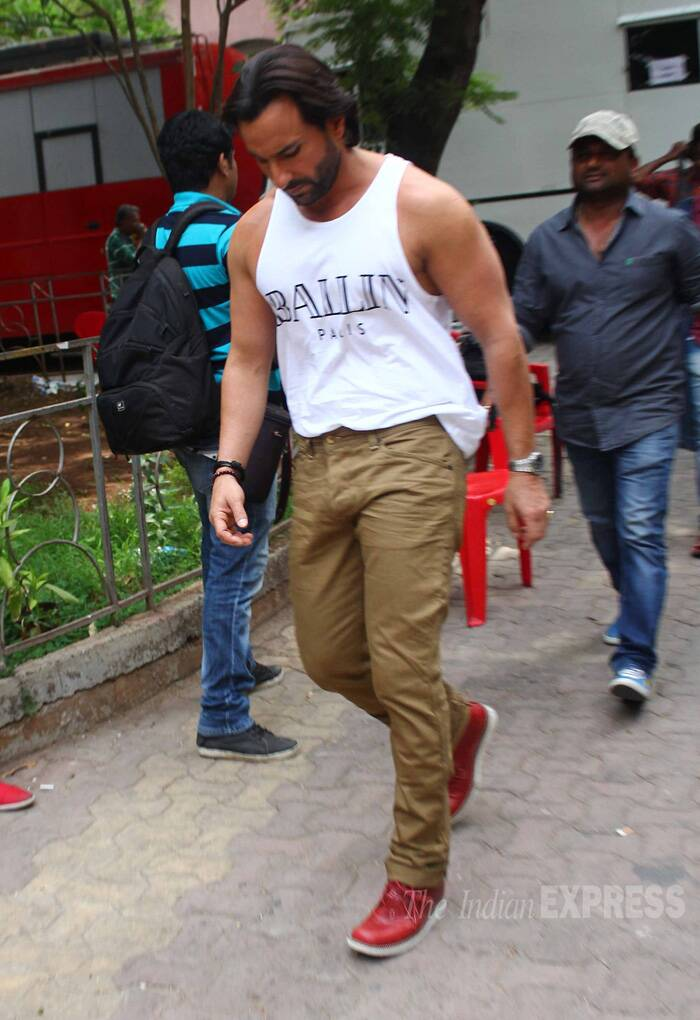 Prior to the show, Saif Ali Khan was spotted in a white vest. (Source: Varinder Chawla)