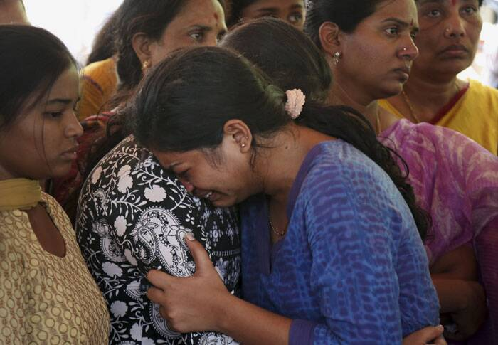 Relatives and friends mourn as they attend the last rites of Gampala Aishwarya in Hyderabad. (Source: AP)