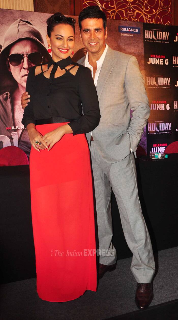 Sonakshi and Akshay cozy up for the cameras. (Source: Varinder Chawla)