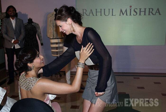 Bollywood ladies Sonam Kapoor, Kalki Koechlin catch up