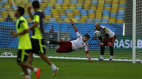 Spain's goalkeeper Iker Casillas performs during a training session at Maracana stadium ahead of their 2014 World Cup match against Chile (Source: Reuters)