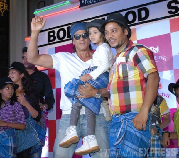 Shah Rukh Khan treats young fans to lungi dance to celebrate Father's Day
