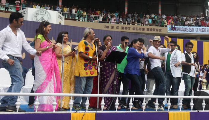 Indipop singer Usha Uthup set the atmosphere blazing belting out popular Bollywood chartbusters to keep the spectators engaged till the arrival of the team. Taking a cue from PM Narendra Modi's hugely successful 'Ab Ki Baar…' campaign, she sang a new theme song — 'Ab ki baar KKR, Baar baar KKR, Baar baar chhukka maar' — as the crowd kept dancing (Source: Express Photo by Partha Paul)