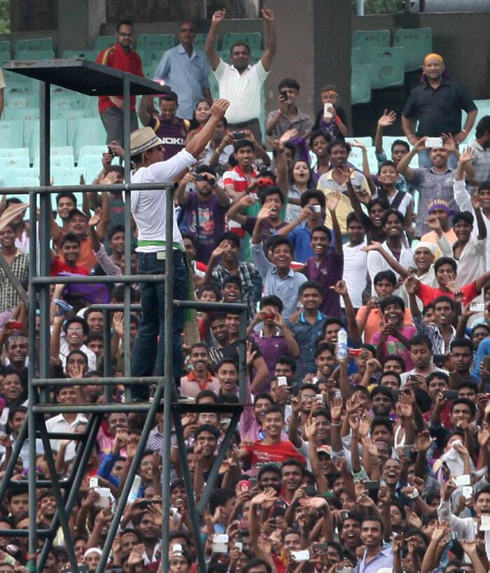 He climbed up the tower installed for the run-out cameras and waved at the cheering crowd, who gathered in huge numbers for the home team (Source: Express Photo by Partha Paul)