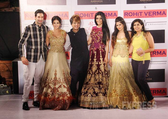 Designer Rohit Verma poses for a group picture along with showstoppers Sunny Leone and Koena Mitra. (Source: Varinder Chawla)